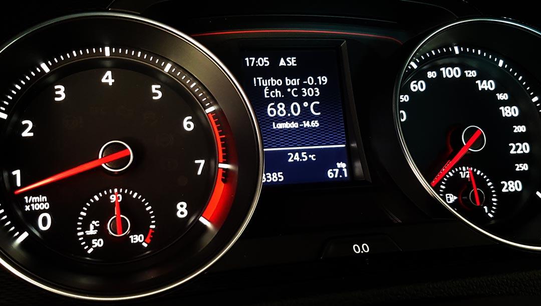Le POLARFIS PF05 installé dans une VW GOLF 7 Gti affiche la pression de turbo, température échangeur (intercooler), température d'huile, valeur lamba (AFR)